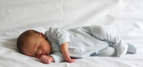 Bébé allongé dort